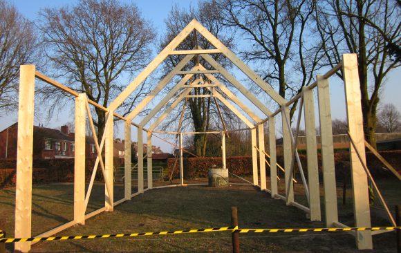 Derde dag opbouw-kerk-Haren-in-de-Wind op de begraafplaats, installatiekunst, openlucht installatie en expositie, Under de toer, LF2018, kunstenaar Wietske Lycklama à Nijeholt