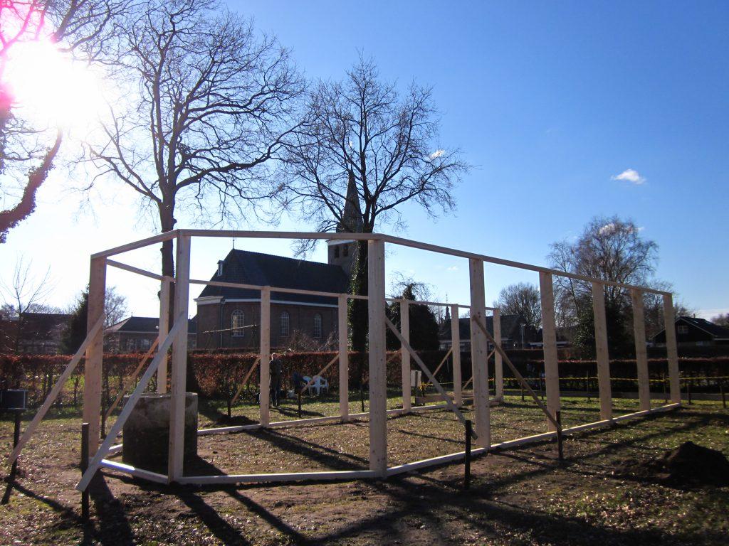 Tweede dag opbouw-kerk-Haren-in-de-Wind op de begraafplaats, installatiekunst, openlucht installatie en expositie, Under de toer, LF2018, kunstenaar Wietske Lycklama à Nijeholt