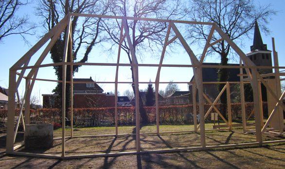 Vierde dag opbouw-kerk-Haren-in-de-Wind op de begraafplaats, installatiekunst, openlucht installatie en expositie, Under de toer, LF2018, kunstenaar Wietske Lycklama à Nijeholt