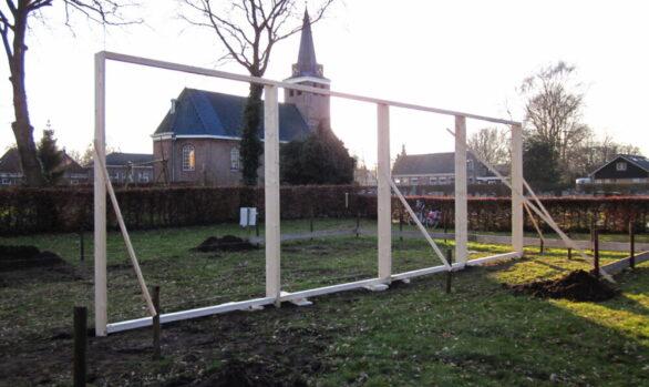 Eerste dag opbouw-kerk-Haren-in-de-Wind op de begraafplaats, installatiekunst, openlucht installatie en expositie, Under de toer, LF2018, kunstenaar Wietske Lycklama à Nijeholt