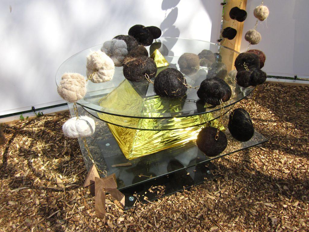 PR-Avondmaalstafel-rozenkrans-paardenhaar-Haren-in-de-Wind-kerk, kunstinstallatie-begraafplaats-Langezwaag, Under-de-Toer -LF2018, beeldende-kunst-lf2018, kunstenaar-Wietske-Lycklama-à-Nijeholt