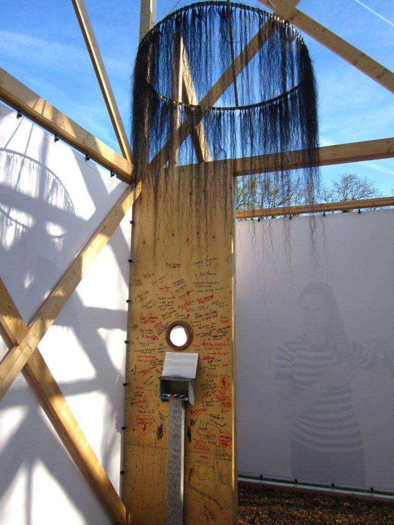 PR-Haren-in-de-Wind-de-kam-paardenhaar-PR-Haren-in-de-Wind-Sa!-Haren-in-de-Wind-kerk, kunstinstallatie-begraafplaats-Langezwaag, Under-de-Toer -LF2018, beeldende-kunst-lf2018, kunstenaar-Wietske-Lycklama-à-Nijeholt