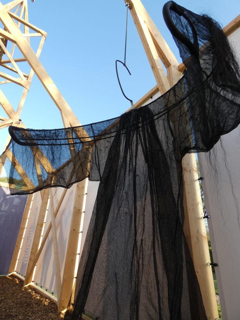 PR-Haren-in-de-Wind-dominee-jas-paardenhaar-Haren-in-de-Wind-kerk, kunstinstallatie-begraafplaats-Langezwaag, Under-de-Toer -LF2018, beeldende-kunst-lf2018, kunstenaar-Wietske-Lycklama-à-Nijeholt
