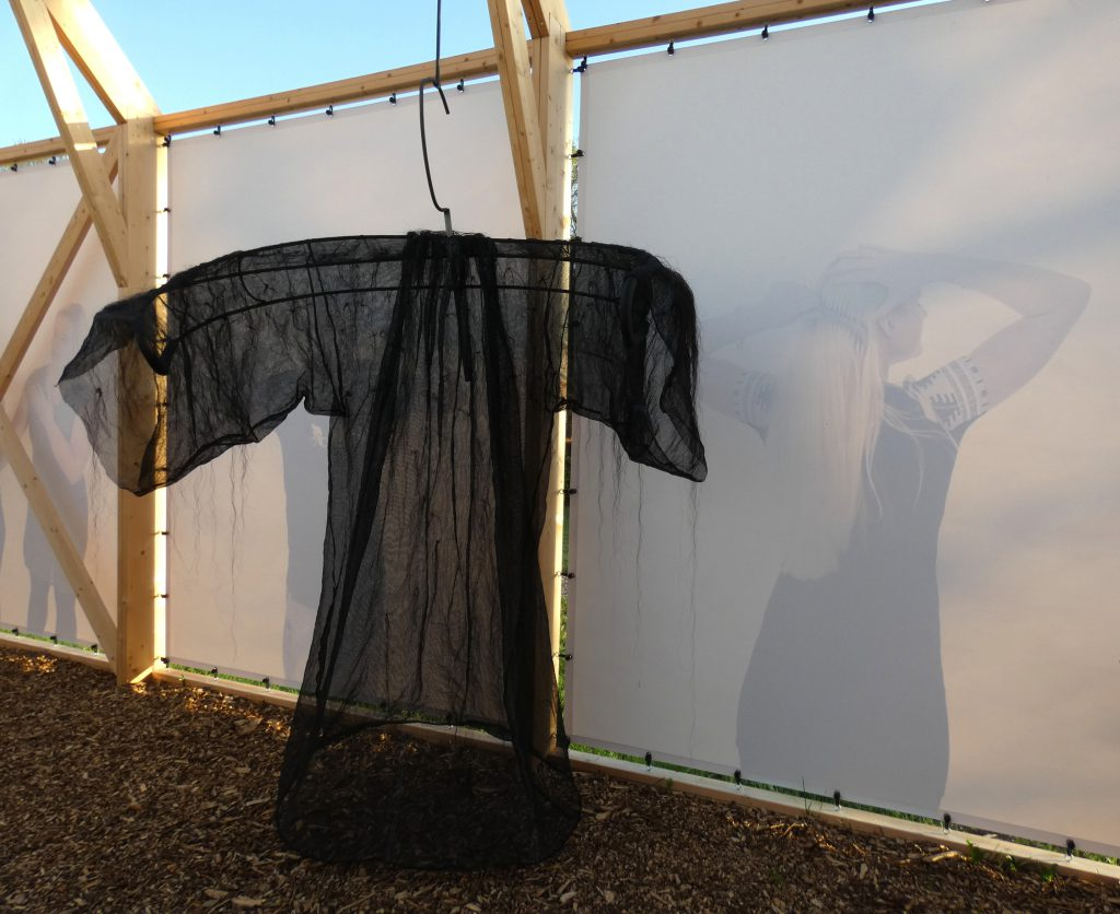 PR- Haren-in-de-Wind-domineejas-paardenhaar-Haren-in-de-Wind-kerk, kunstinstallatie-begraafplaats-Langezwaag, Under-de-Toer -LF2018, beeldende-kunst-lf2018, kunstenaar-Wietske-Lycklama-à-Nijeholt