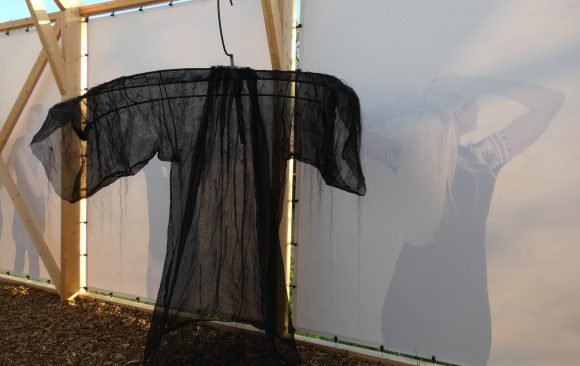 PR- Haren-in-de-Wind-domineejas-paardenhaar-kerk, kunstinstallatie-begraafplaats-Langezwaag, Under-de-Toer -LF2018, beeldende-kunst-lf2018, kunstenaar-Wietske-Lycklama-à-Nijeholt