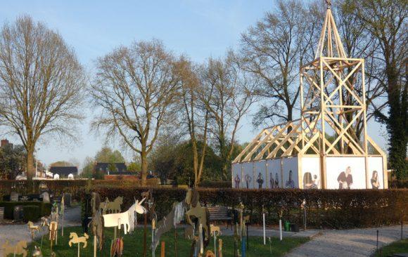 Educatieproject-gouden-paardjes-Haren-in-de-Wind-ingang-Haren-in-de-Wind-Haren-in-de-Wind-kerk, kunstinstallatie-begraafplaats-Langezwaag, Under-de-Toer -LF2018, beeldende-kunst-lf2018, kunstenaar-Wietske-Lycklama-à-Nijeholt