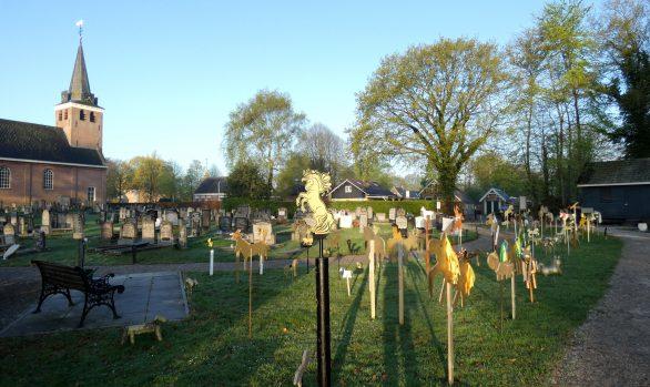 Educatieproject-gouden-paardjes-ingang-Haren-in-de-Wind-replicakerk, kunstinstallatie-begraafplaats-Langezwaag, Under-de-Toer -LF2018, beeldende-kunst-lf2018, kunstenaar-Wietske-Lycklama-à-Nijeholt