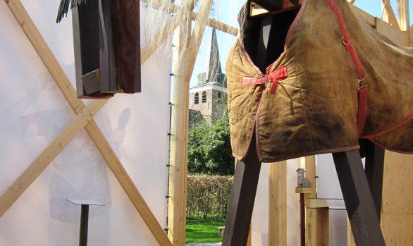 Paard-replicakerk-Haren-in-de-Wind-paardenhaar-Haren-in-de-Wind-kerk, kunstinstallatie-begraafplaats-Langezwaag, Under-de-Toer -LF2018, beeldende-kunst-lf2018, kunstenaar-Wietske-Lycklama-à-Nijeholt