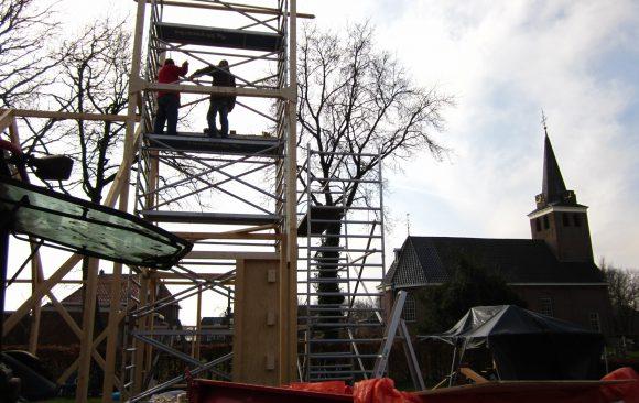 Zesde dag opbouw-replicakerk-Haren-in-de-Wind op de begraafplaats, installatiekunst, openlucht installatie en expositie, Under de toer, LF2018, kunstenaar Wietske Lycklama à Nijeholt