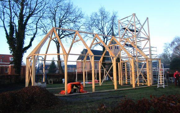 Zevende dag opbouw-replicakerk-Haren-in-de-Wind op de begraafplaats, installatiekunst, openlucht installatie en expositie, Under de toer, LF2018, kunstenaar Wietske Lycklama à Nijeholt