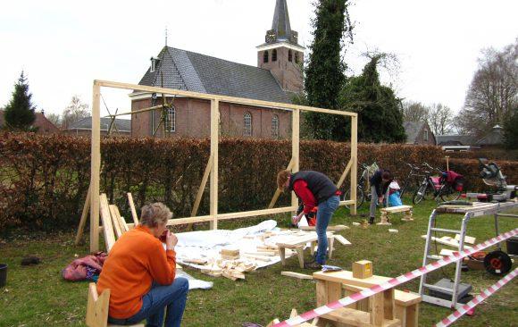 Krukjes van resthout tijdens zevende dag opbouw-replicakerk-Haren-in-de-Wind op de begraafplaats, installatiekunst, openlucht installatie en expositie, Under de toer, LF2018, kunstenaar Wietske Lycklama à Nijeholt