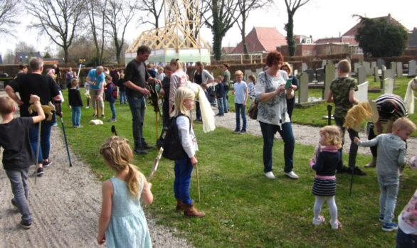 Educatieproject-gouden-paardjes-ingang-Haren-in-de-Wind-Haren-in-de-Wind-replicakerk, kunstinstallatie-begraafplaats-Langezwaag, Under-de-Toer -LF2018, beeldende-kunst-lf2018, kunstenaar-Wietske-Lycklama-à-Nijeholt