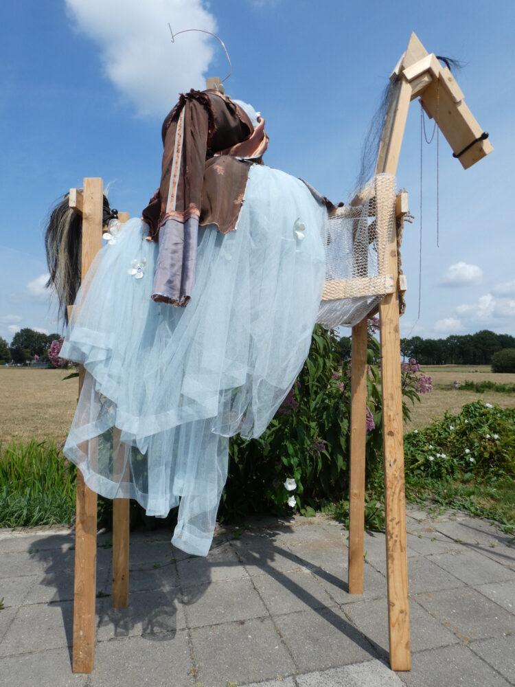 Amazone paard, Kunstbeeld Amazone te paard van hout, paardenhaar en textiel, kunstenaar Wietske Lycklama à Nijeholt