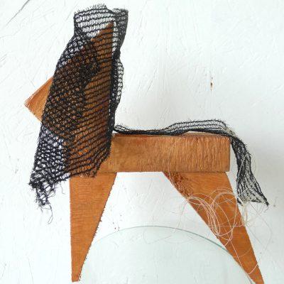 Trots paardje kunstbeeld, proud horse, paardenhaar, artwork, kunst, art, artlovers, hout, kunst kopen, artcollectors, sculpture, art at home, kunst in huis, kunstenaar Wietske Lycklama à Nijeholt