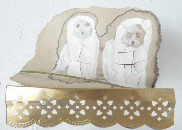 Twee uiltjes, kunstwerk, mixed media, two owls, figuratief, dieren kunst, sculptuur, tekening op karton, hedendaagse kunst, kunstenaar Wietske Lycklama à Nijeholt