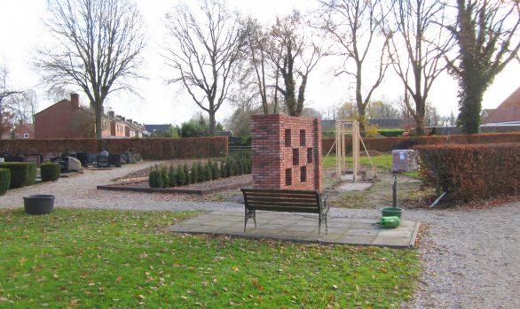 Begraafplaats Langezwaag overzicht eerste fase van de uitbreiding met urnenmuren, urnengraven en strooiveld