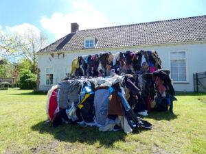 Ik ben het beu, kunstinstallatie van balen textiel, TFT21, catwalk, textielkunst, werk van textiel, Textiel Festival Twente 2021, Palthe Huis, Oldenzaal, Frankenhuis b.v., Wietske Lycklama à Nijeholt